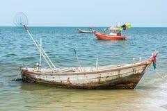 钓鱼的停车处老生锈的划艇在海滩附近 库存图片