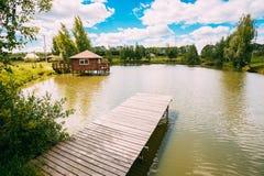 钓鱼的木码头,小湖的小屋或河 免版税库存图片