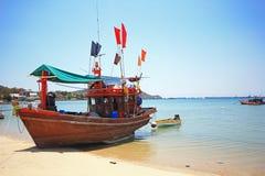 钓鱼的泰国木小船 库存图片