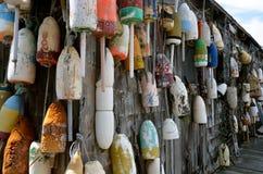 钓鱼的老新英格兰浮体在一个老小屋在缅因 免版税库存照片
