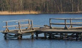 钓鱼的老木板走道几乎被毁坏的 免版税库存照片