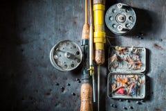 钓鱼的老设备与浮游物、勾子和标尺 免版税库存图片