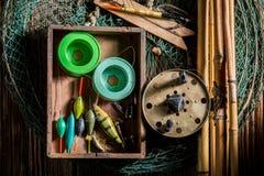 钓鱼的老设备与网、标尺和浮游物 免版税库存照片