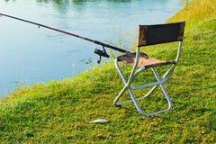 钓鱼的舒适的地方在河和被抓的鱼 免版税库存图片