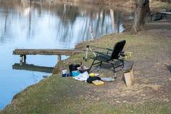 钓鱼的设备在湖 免版税库存照片