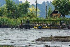 钓鱼的,秋天人工地干盐湖,与小船 库存照片