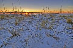 钓鱼码头在日出,彭萨科拉海滩,佛罗里达的彭萨科拉海滩 图库摄影