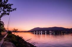钓鱼竿剪影在风景五颜六色的日落的在jaizkibel山上的大西洋在hendaye,巴斯克国家,法国 库存照片