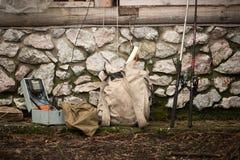 钓鱼竿和一个背包为假期 免版税图库摄影