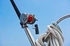 钓鱼竿和卷轴在游艇 免版税库存图片