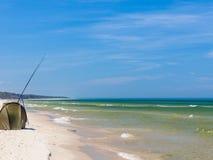 钓鱼竿和帐篷在海岸 图库摄影