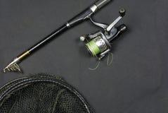 钓鱼竿和捕网被抓的鱼的 免版税图库摄影