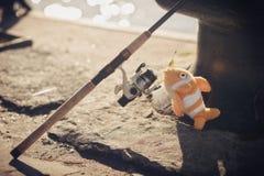 钓鱼竿和玩具在码头钓鱼 免版税库存照片