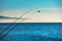钓鱼竿和蓝天在背景 免版税库存照片