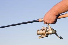 钓鱼竿手中特写镜头 免版税库存照片