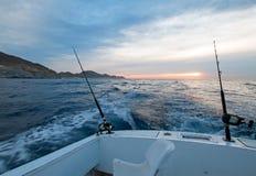 钓鱼竿日出视图在宪章渔船的在Cabo圣卢卡斯的和平的边在下加利福尼亚州墨西哥 库存图片