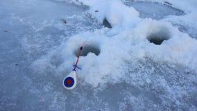 钓鱼竿河在冰的冬天在孔附近 股票视频