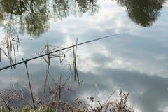 钓鱼竿浮游物在水中 免版税库存图片