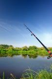 钓鱼竿(实心挑料铁杆)在湖 免版税库存照片