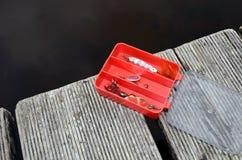钓鱼红色滑车的配件箱 库存图片