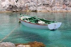 钓鱼绿色白色的小船 免版税库存照片