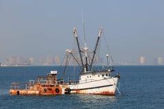 钓鱼老拖网渔船的多哈 免版税库存照片