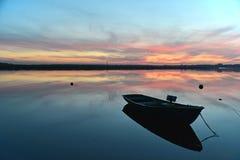 钓鱼老河的小船木 免版税库存图片