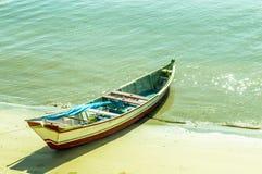 钓鱼老河的小船木 免版税库存照片