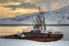钓鱼老生锈的小船 图库摄影