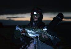 钓鱼者和日本鲈鱼 免版税图库摄影