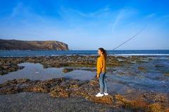 钓鱼者地中海Javea海滩的渔女孩 库存图片