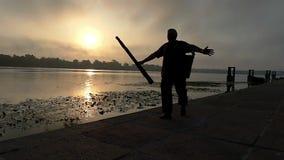 钓鱼者沿Dnipro河岸愉快地走在日落在Slo Mo 股票录像