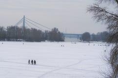 钓鱼者用设备在冰的河Dnipro钓鱼在冬日 渔夫 Kyiv,乌克兰 库存图片