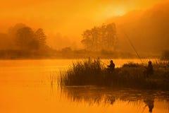 钓鱼者,当钓鱼,在非常早期的小时时 免版税库存图片