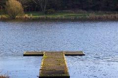 钓鱼者` s在湖的渔平台在Groomsport唐郡爱尔兰附近的Portavoe的 库存照片