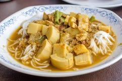 钓鱼肾脏浓辣汤用泰国米细面条 库存照片