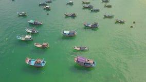 钓鱼船和风船在停车处在蓝色海水在含沙岸鸟瞰图附近 从飞行寄生虫海的风景 股票视频