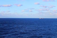 钓鱼船航行在加勒比海洋 库存图片
