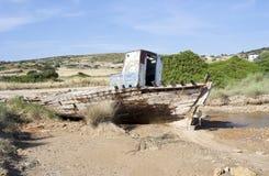 钓鱼船击毁在Koufonissi海岛 库存图片