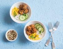 钓鱼芯片、米和芒果在蓝色背景,顶视图 可口的开胃菜 免版税库存照片