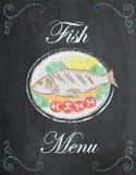 钓鱼菜单,与菜的被烘烤的鱼在有黑板的b板材 免版税库存图片