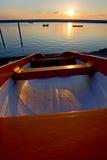 钓鱼被停泊的海运日落的小船 免版税库存照片
