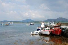 钓鱼被停泊的码头船 免版税库存图片