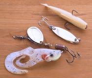 钓鱼诱剂是诱剂,在木背景的晃摇物 自创诱饵 图库摄影