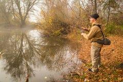 钓鱼转动在一条美丽的河 库存图片