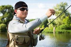 钓鱼转动在一条美丽的河 免版税库存图片