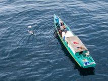 钓鱼近海处在婆罗洲海岛上的巴厘巴板市的印度尼西亚渔夫 库存照片