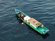 钓鱼近海处在婆罗洲海岛上的巴厘巴板市的印度尼西亚渔夫 免版税库存照片