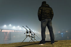 钓鱼都市编辑的夜 渔夫在有雾的夜 库存图片