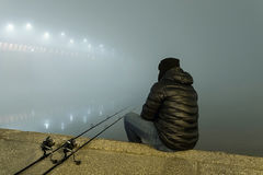 钓鱼都市编辑的夜 渔夫在有雾的夜 图库摄影
